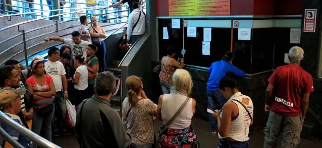 Tras elecciones ilegítimas venezolanos compran pasajes para migrar