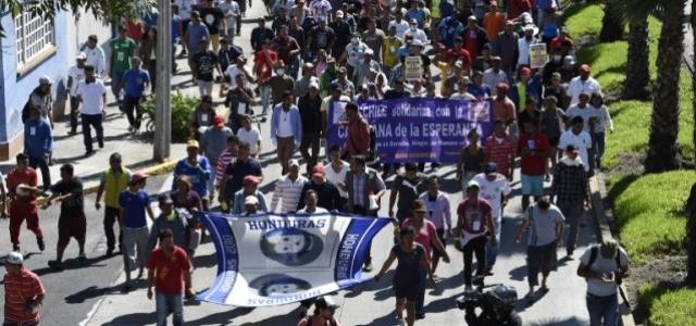 Cientos de migrantes salen de Ciudad de México en caravana hacia EEUU